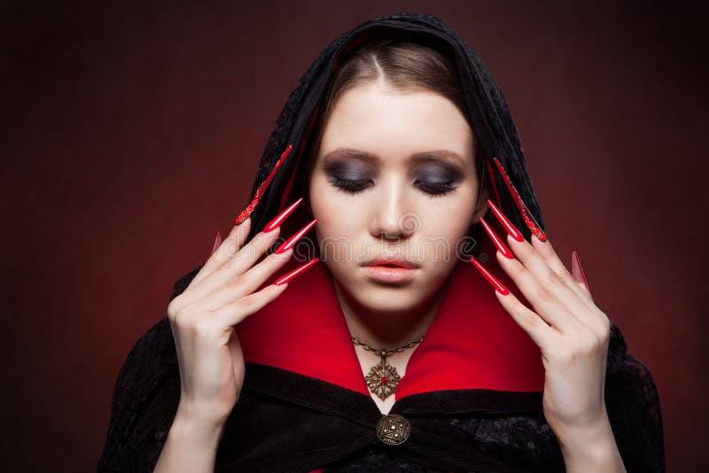 Retrato do estilo do vintage da mulher bonita nova do vampiro com composição gótico de Dia das Bruxas foto de stock