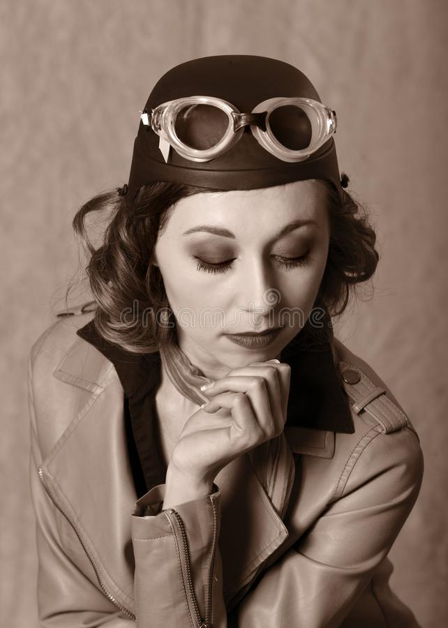 Retrato do estilo do vintage de óculos de proteção da mulher do aviador e do revestimento vestindo do leahter imagens de stock