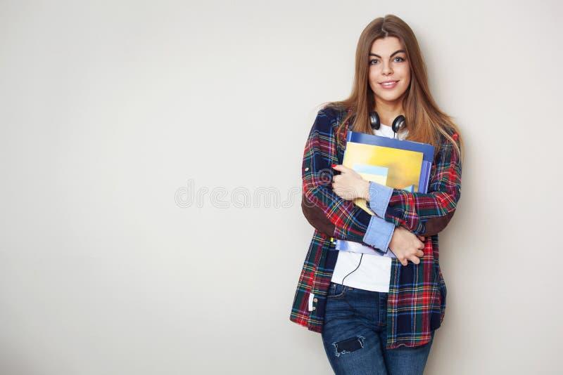 Retrato do estudante fêmea bonito novo com estar dos livros foto de stock