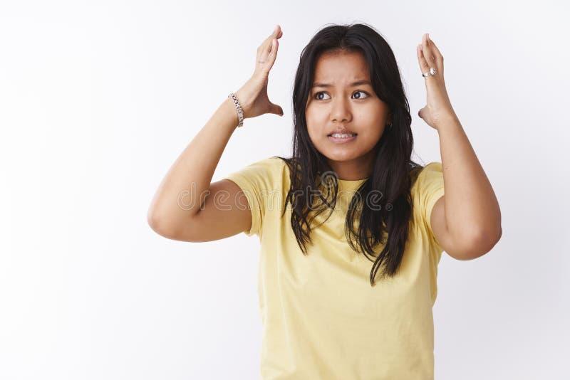 Retrato do estudante fêmea novo incomodado e forçado sob a pressão durante exames e para trabalhar agitando as mãos em torno da c fotos de stock royalty free