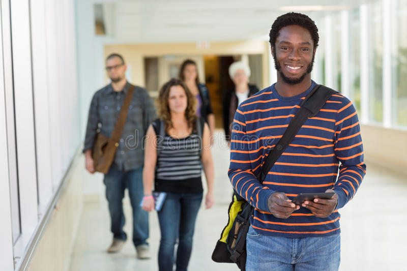 Retrato do estudante Holding Digital Tablet sobre imagem de stock royalty free