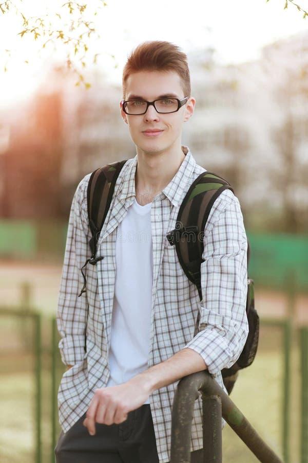 Retrato do estudante novo de sorriso bem sucedido com vidros imagens de stock royalty free