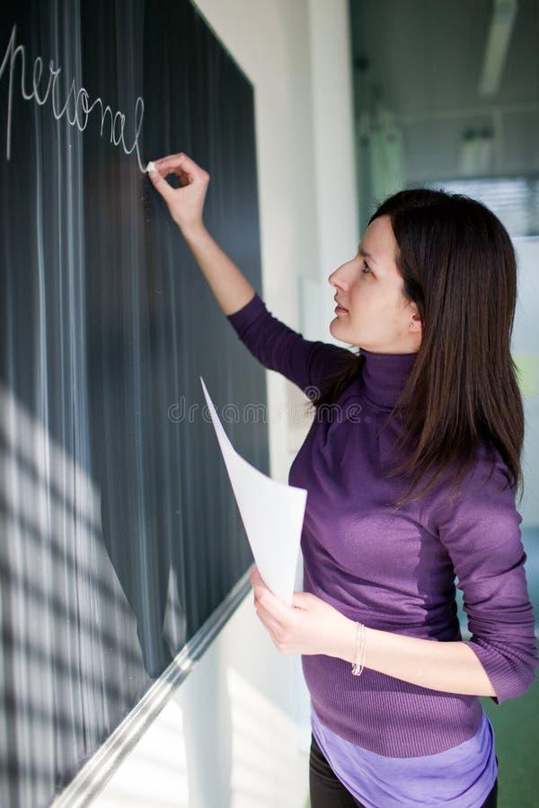 Retrato do estudante universitário em uma sala de aula foto de stock