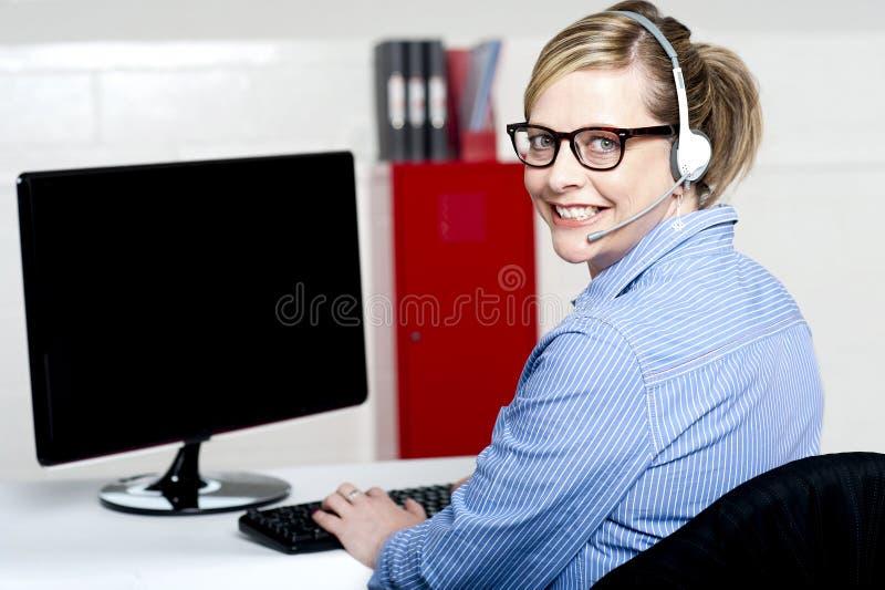 Retrato do executivo alegre do apoio a o cliente foto de stock