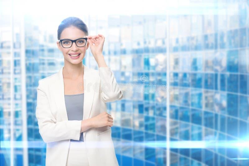 Retrato do executivo fêmea nos vidros foto de stock