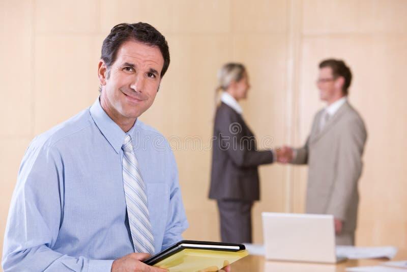 Retrato do executivo masculino considerável fotografia de stock royalty free