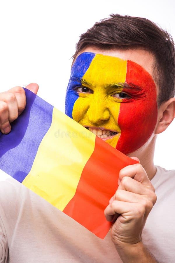 Retrato do fan de futebol romeno da equipa nacional de Romênia com a bandeira no fundo cinzento fotografia de stock