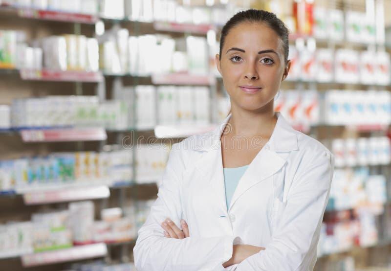 Retrato do farmacêutico de sorriso da mulher na farmácia foto de stock