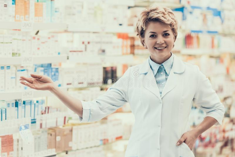 Retrato do farmacêutico de sorriso maduro na drograria imagens de stock