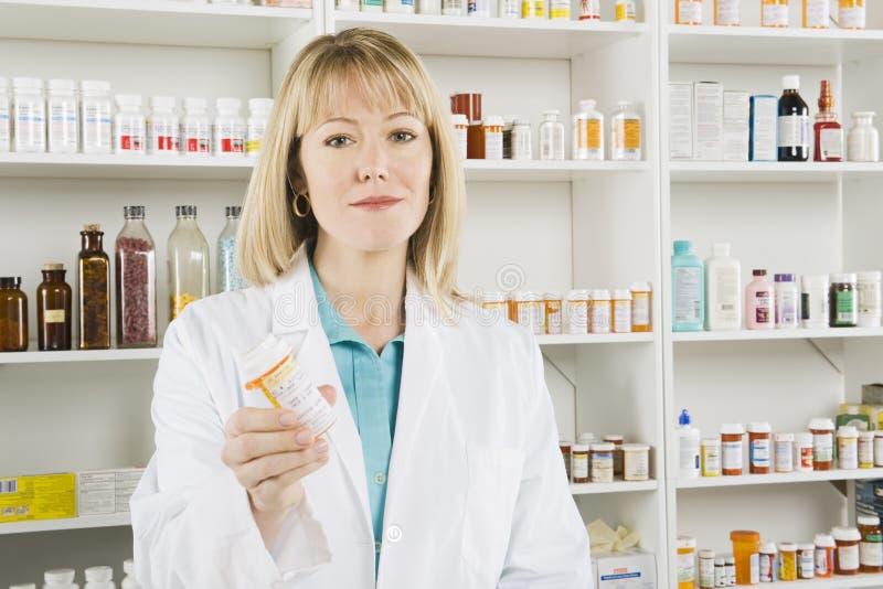 Retrato do farmacêutico fêmea foto de stock royalty free