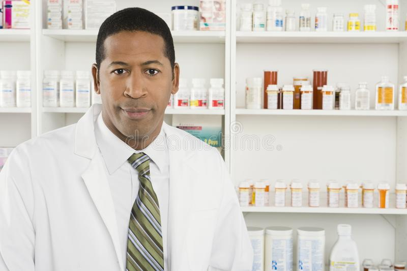 Retrato do farmacêutico masculino fotos de stock royalty free