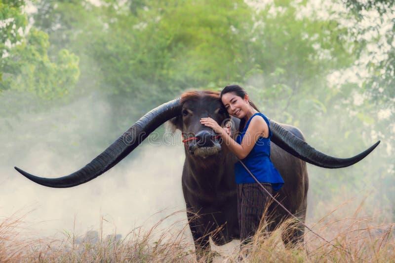 Retrato do fazendeiro tailandês da jovem mulher fotografia de stock royalty free