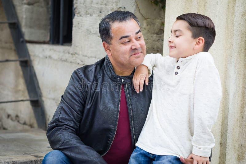 Retrato do filho caucasiano latino-americano e do pai da raça misturada foto de stock