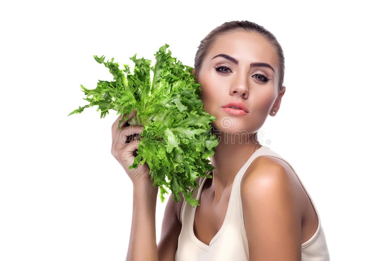 Retrato do Fim-acima da jovem mulher feliz com ervas do pacote (salat fotos de stock