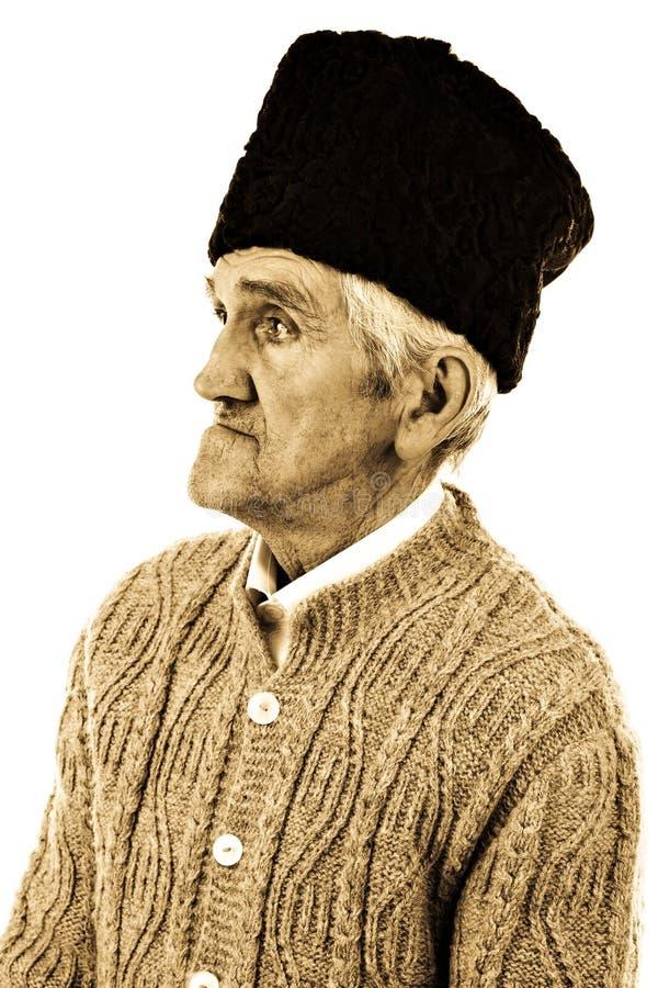 Retrato do Fim-acima de um homem idoso do camponês com chapéu lanoso foto de stock royalty free