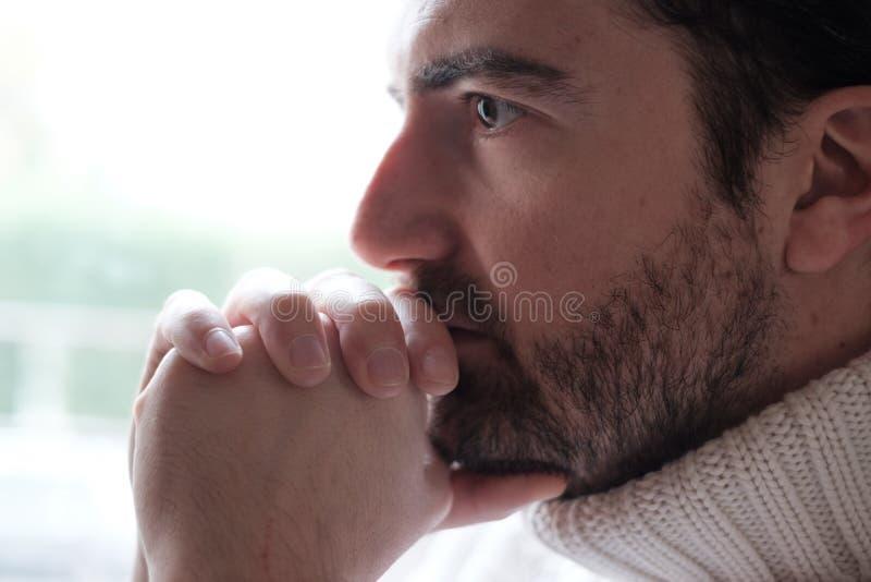 Retrato do fim agitado da cara do homem acima fotos de stock royalty free
