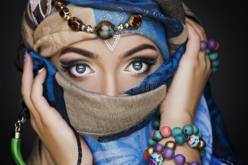 Retrato do fim bonito novo da mulher acima Composição perfeita Pele perfeita imagem de stock royalty free