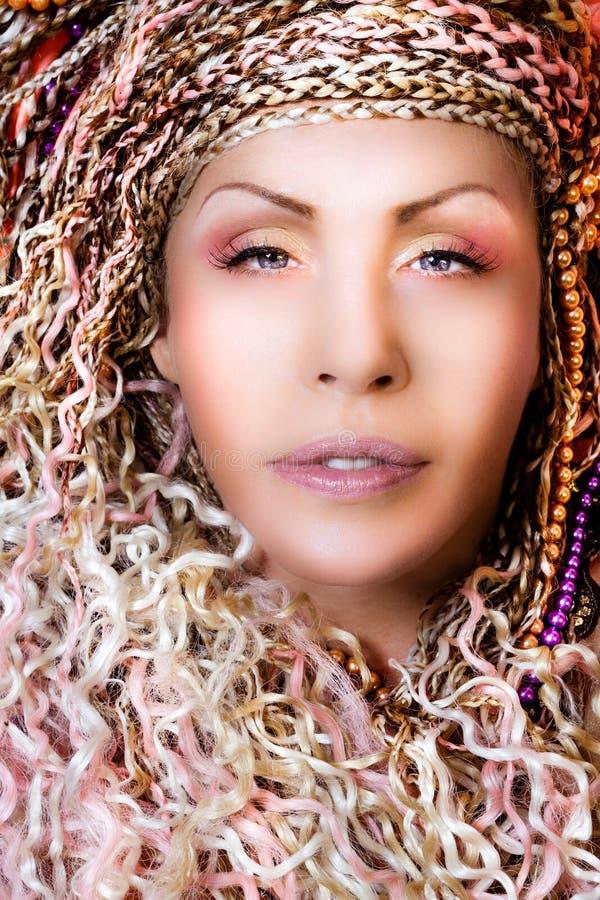 Retrato do fim do penteado da mulher Composição e cabelo Tranças de ouro foto de stock royalty free