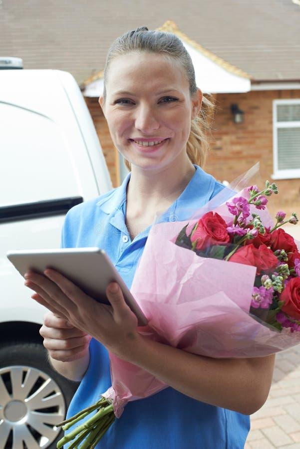 Retrato do florista With Digital Tablet que faz a entrega a domicílio de fotos de stock royalty free