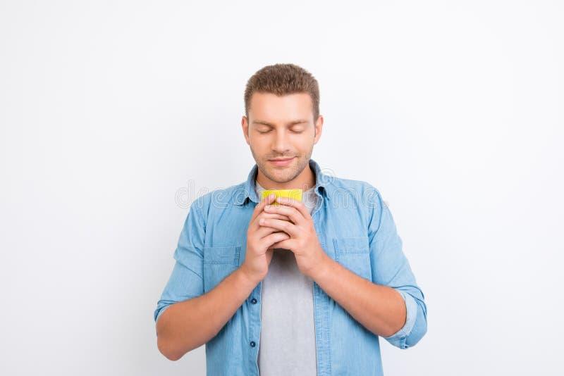 Retrato do freelancer considerável que guarda uma xícara de café com dois fotos de stock