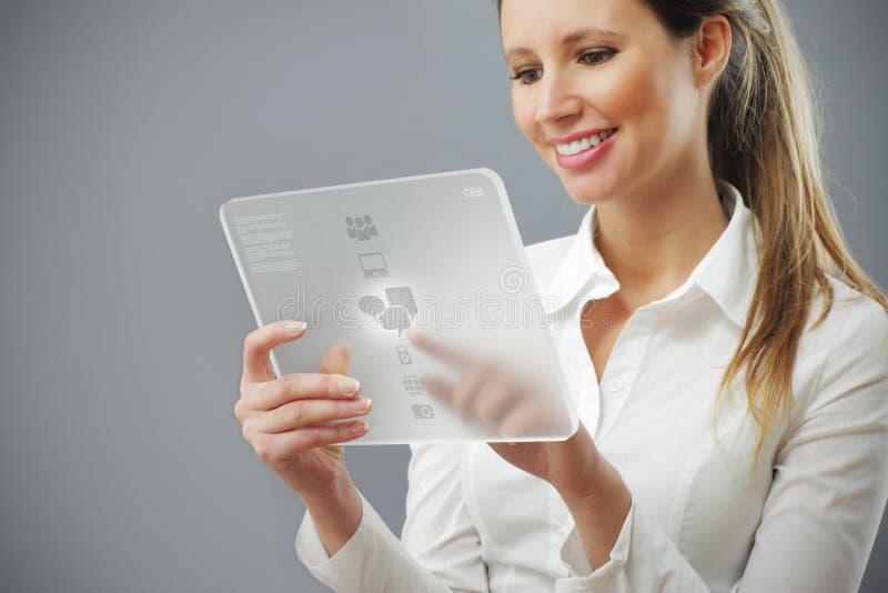 Retrato do funcionamento novo de sorriso da mulher de negócio imagens de stock royalty free