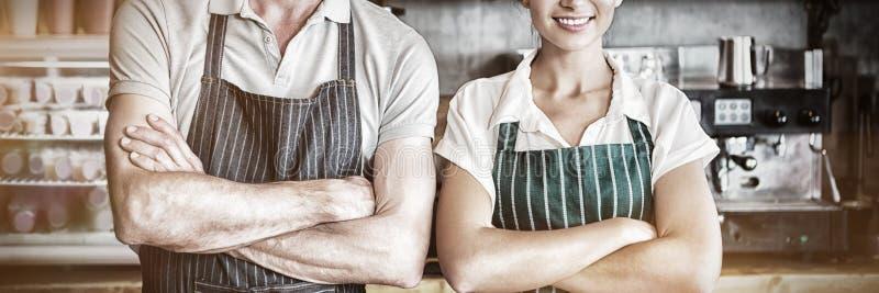 Retrato do garçom e da empregada de mesa com os braços cruzados fotografia de stock
