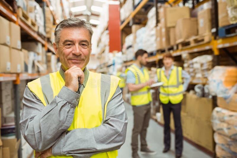 Retrato do gerente de sorriso do armazém fotos de stock royalty free