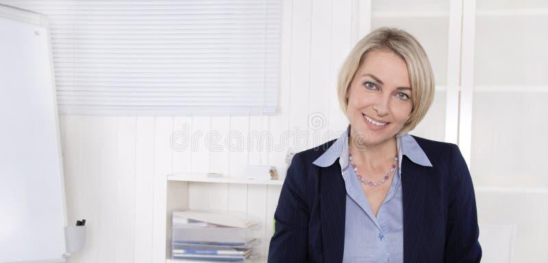 Retrato do gerente financeiro superior no escritório. fotos de stock