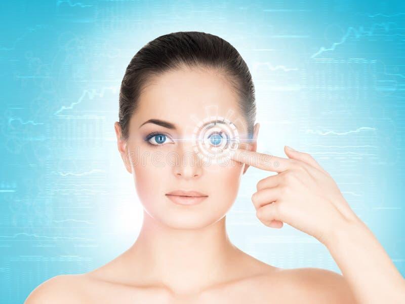 Retrato do gir bonito, fresco, saudável e sensual no azul fotografia de stock royalty free