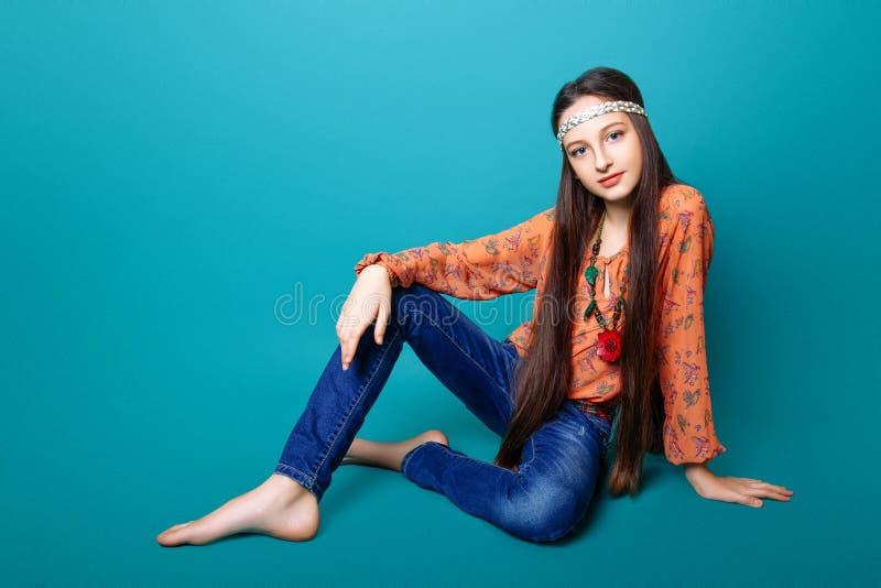 Retrato do gir novo bonito da hippie no estúdio fotografia de stock royalty free