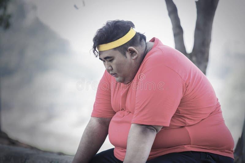 Retrato Do Gordo Asiático Descansando Após A Corrida