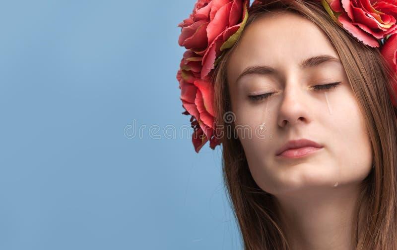 Retrato do grito bonito novo da mulher fotografia de stock royalty free
