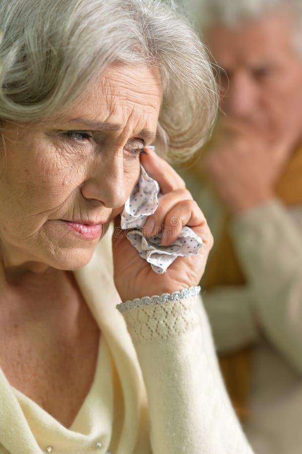 Retrato do grito superior forçado triste da mulher foto de stock