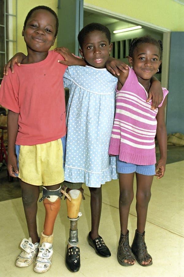 Retrato do grupo de crianças alegres com disabilit imagem de stock