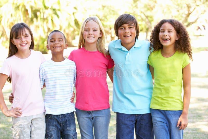 Retrato do grupo de crianças que jogam no parque fotos de stock royalty free