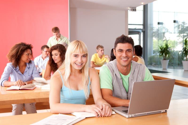 Retrato do grupo de estudante feliz foto de stock royalty free