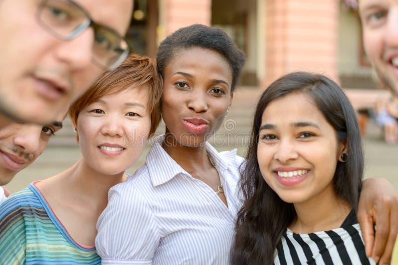 Retrato do grupo de jovens multiculturais fotos de stock royalty free