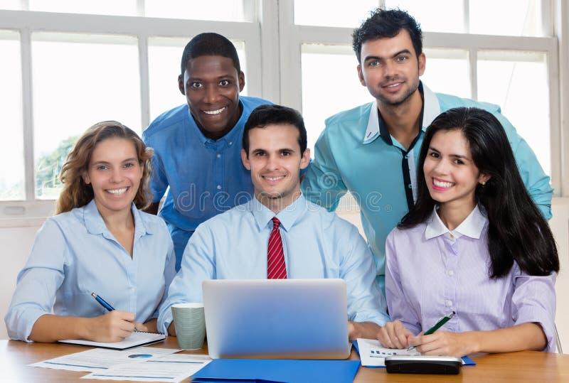 Retrato do grupo de multi homens de negócio internacionais étnicos e fotos de stock royalty free