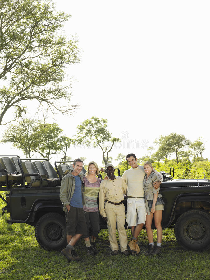 Retrato do grupo dos turistas e da Safari Guide foto de stock