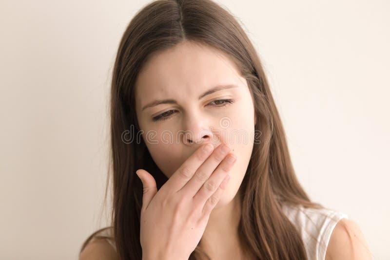 Retrato do Headshot da jovem mulher bonita de bocejo fotos de stock royalty free