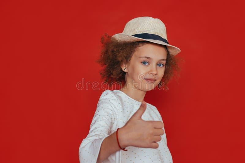 Retrato do Headshot da menina com cabelo encaracolado e o chap?u louro, sorriso, olhando a c?mera fotografia de stock royalty free