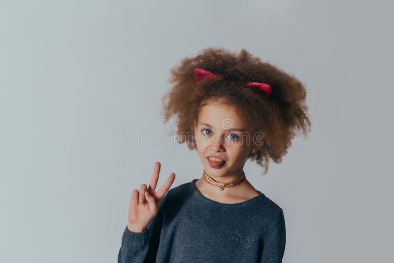 Retrato do Headshot da menina feliz com cabelo encaracolado que sorri olhando a c?mera fotos de stock
