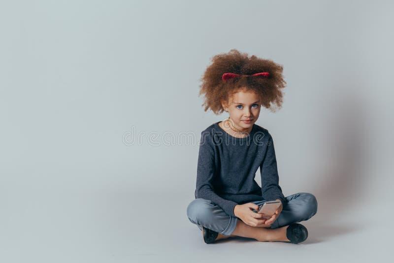 Retrato do Headshot da menina feliz com cabelo encaracolado que sorri olhando a c?mera fotografia de stock