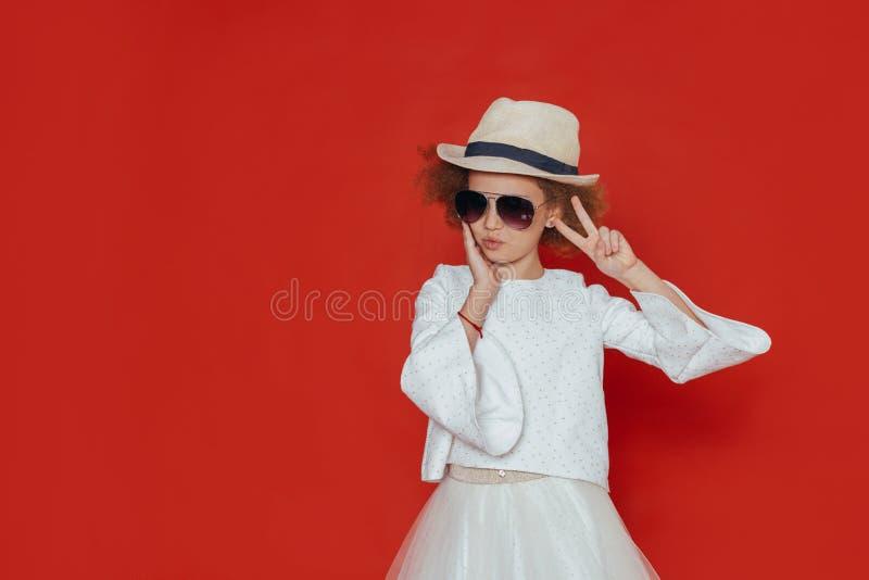 Retrato do Headshot da menina feliz com cabelo encaracolado que sorri olhando a c?mera imagem de stock royalty free