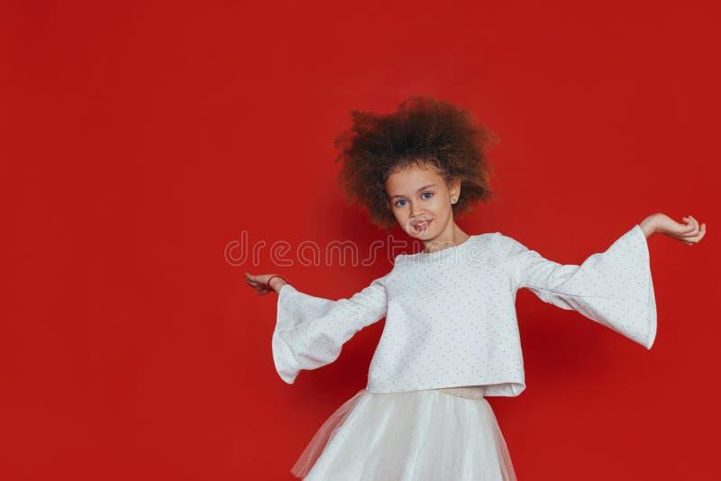 Retrato do Headshot da menina feliz com cabelo encaracolado que sorri olhando a c?mera fotografia de stock royalty free