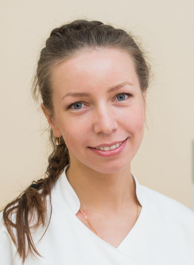 Retrato do headshot do close up de amigável, sorrindo, fêmea segura, doutor da mulher, olhando a câmera foto de stock royalty free