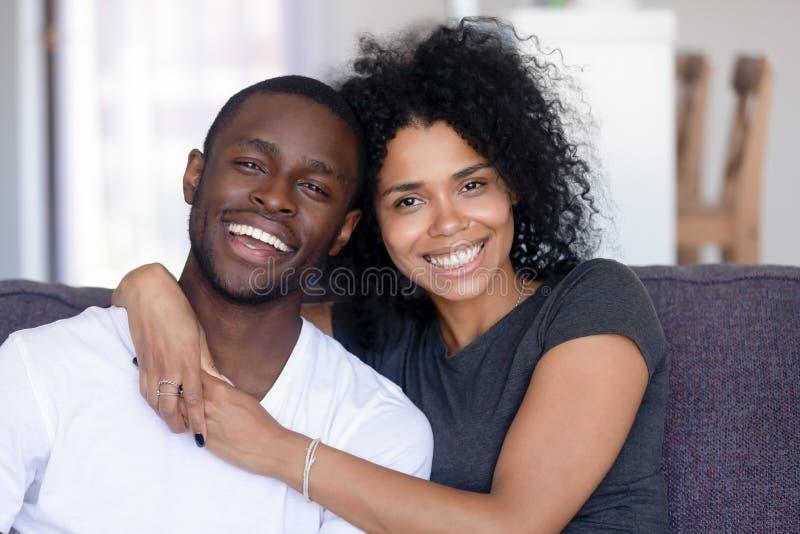 Retrato do Headshot dos pares milenares africanos felizes que olham a câmera foto de stock royalty free