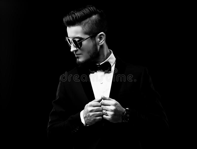 Retrato do homem à moda considerável no terno preto elegante foto de stock