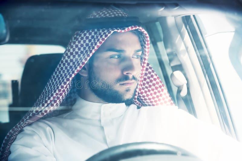 Retrato do homem árabe que conduz um carro imagem de stock