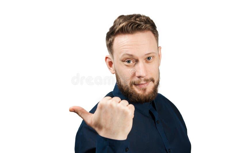 Retrato do homem adulto consider?vel isolado no fundo branco Homem caucasiano com a barba que mostra o dedo de lado imagem de stock